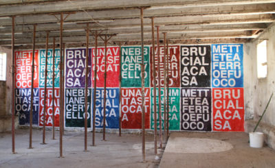 """Tiziano Bellomi, """"Tutte le frasi sono celebri"""", site-specific artwork, acrilico su carta, collage su muro, 2018."""