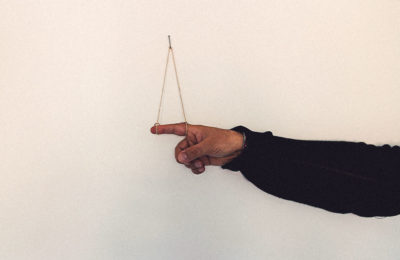 Osvaldo Cibils, dito indice destro con artista. Foto: Laura Marcon